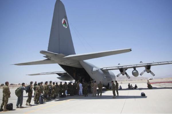 خروج بی سر وصدای آمریکایی ها از فرودگاه قندهار